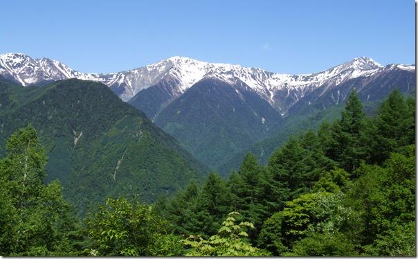 新緑と残雪の白根三山