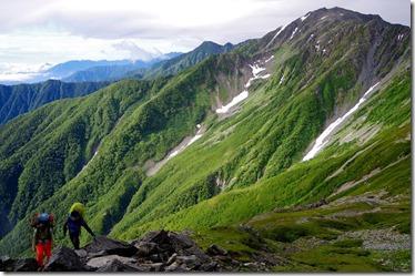 718稜線を行く登山者